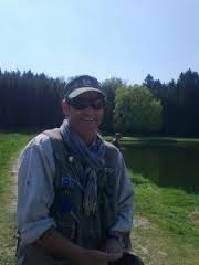 Plaisir au bord de l' eau...Heureux pêcheur!